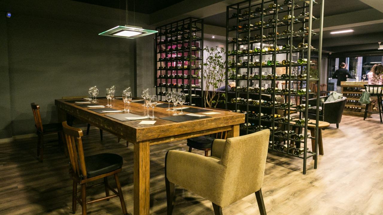 Com preços de distribuidora, o bar de vinhos conta com mais de 400 rótulos para consumo no local e também para levar pra casa
