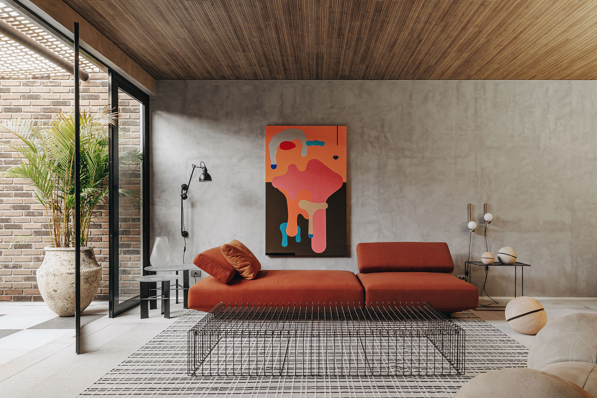 Studio Architeotnika Nomad ousa com loft contemporâneo e jardim a céu aberto
